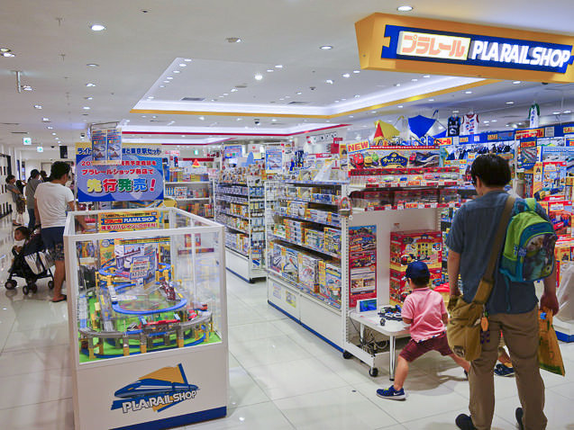 プラレールショップ大阪で遊ぶ子供