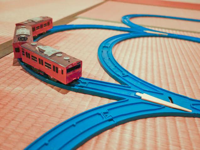 プラレール 3分岐レールを使ったレイアウトを走る電車