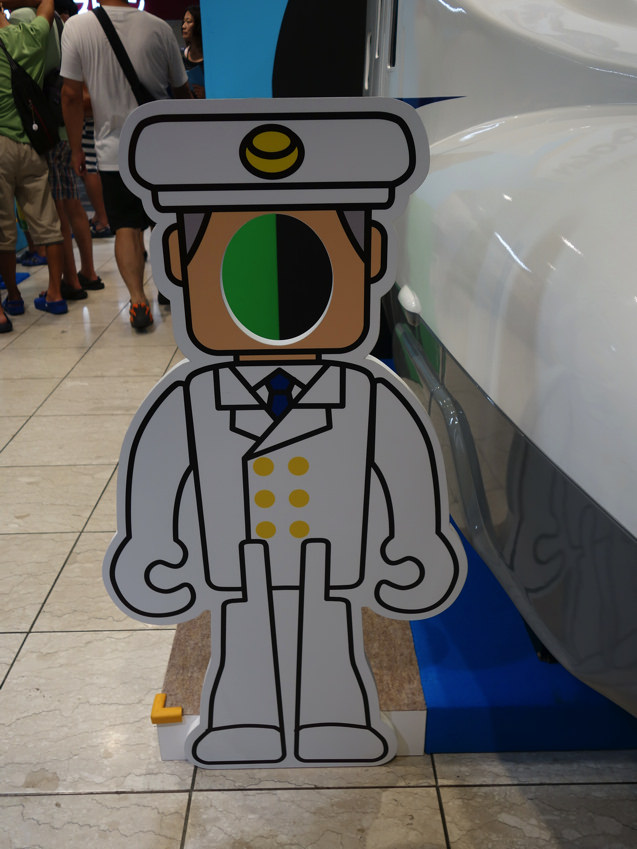 阪急三番街 プラレールフェスティバル N700系新幹線横の車掌