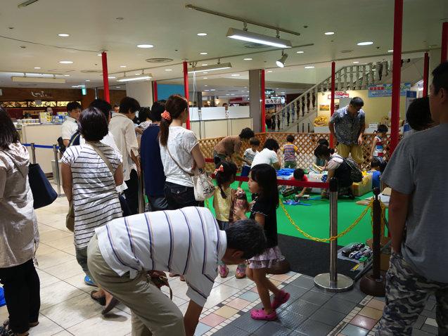 阪急三番街 プラレールフェスティバル プレイランドに並ぶ人々