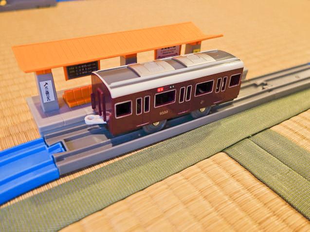 左右対象レイアウト 駅に停まる阪急電車