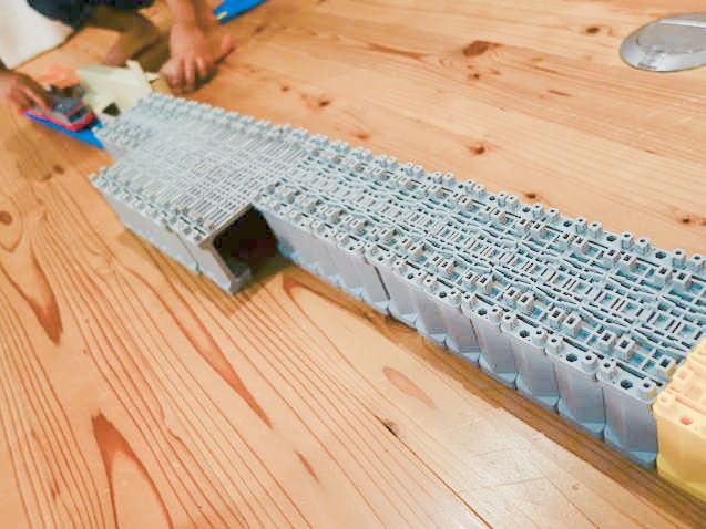 子供のアイデアは無限大!ブロック橋脚の超長いトンネルwww
