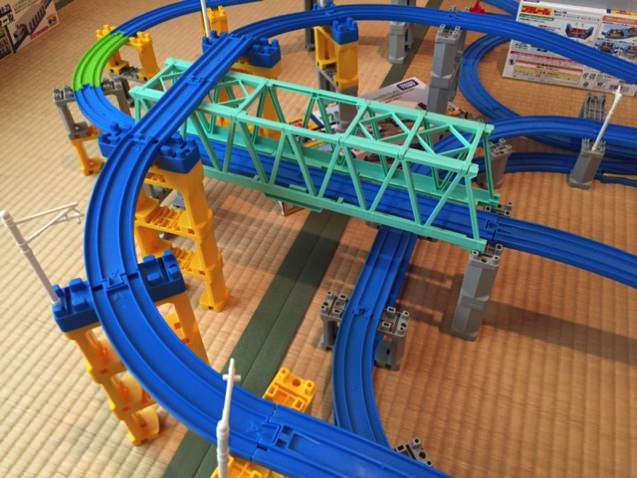 大鉄橋の上に線路が乗った4段立体プラレールレイアウト