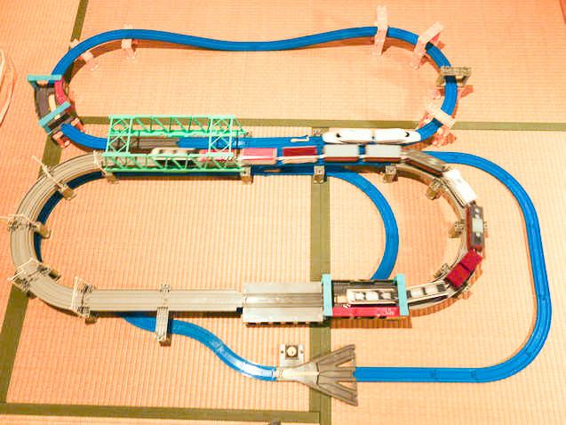 高架レールと大鉄橋セットを複線化して車庫を設置したプラレールレイアウト