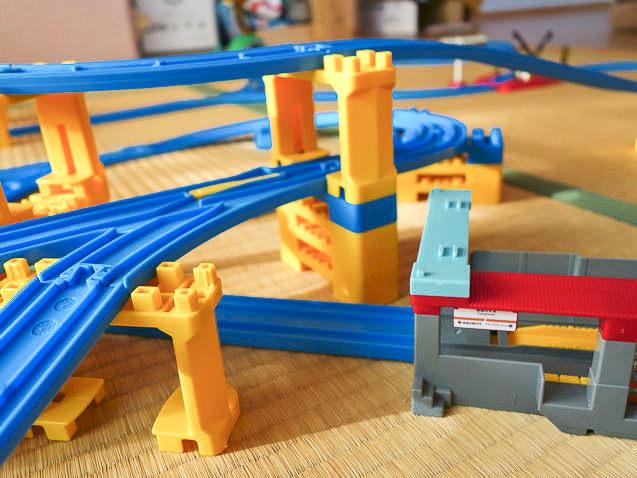 ブロック橋脚が足りず、積み木で補強したレイアウト