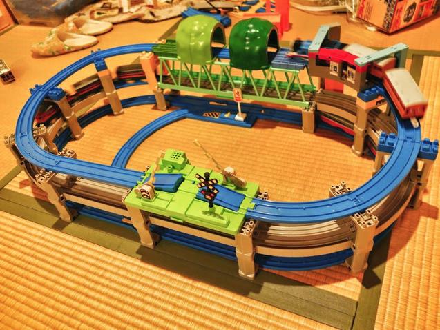 大鉄橋の上にトンネル!普通では考えられないプラレールレイアウト