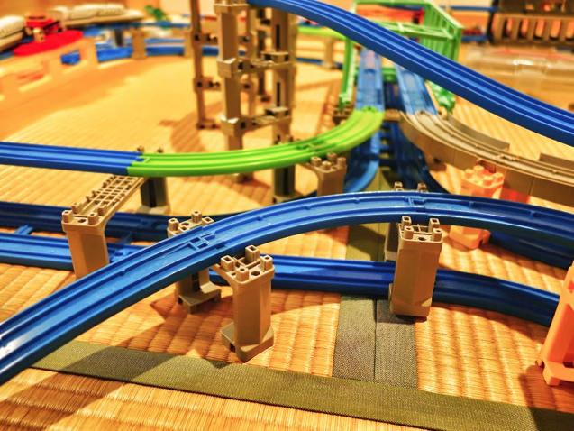 大都市のような複雑さ!4畳半に敷き詰められた複雑立体プラレールレイアウト