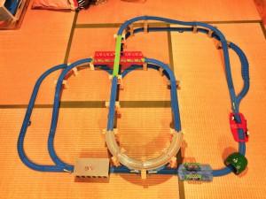 拡張でより複雑に!赤い大鉄橋をクロスするダイナミックなプラレールレイアウト Part.2