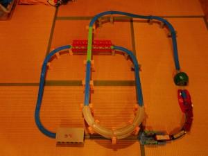 こんなのアリ?赤い大鉄橋をクロスするダイナミックなプラレールレイアウト