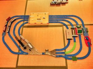 まるで車両基地!4車線の複線が美しいプラレールレイアウト