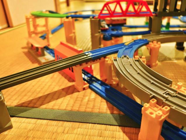 これはスゴイ!赤と緑の大鉄橋が並んで複雑なプラレールレイアウト