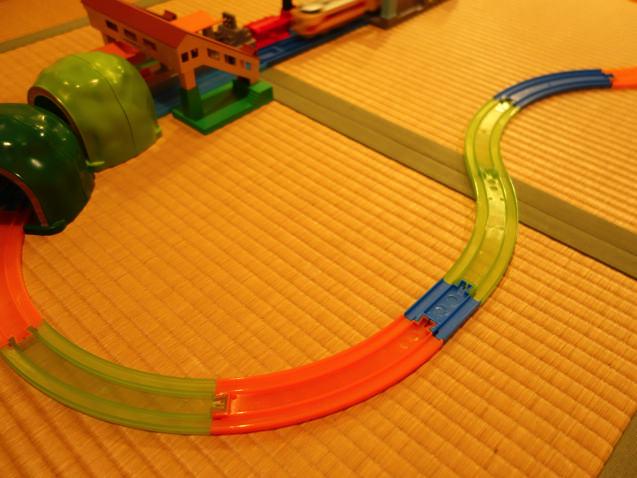 3才児が作ったカラフルなプラレールレイアウト