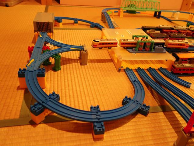 車両基地の上に線路が敷かれた複雑な立体レイアウト