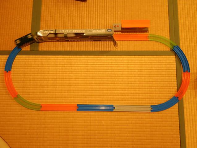 プラレール電車の箱をトンネルにしたレイアウト
