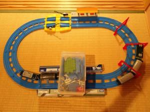子供のアイデアはすごい!収納ケースをトンネルに見立てた斬新なプラレールレイアウト