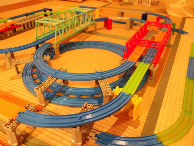 2つの大鉄橋がダイナミック!6台同時に走らせれるプラレール博的レイアウト