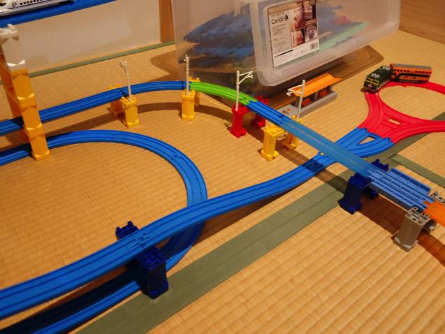 プラレール収納箱の上に線路を置いたレイアウト