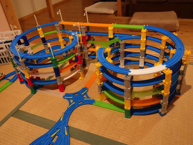 螺旋で坂を上るタワー型のプラレールレイアウト