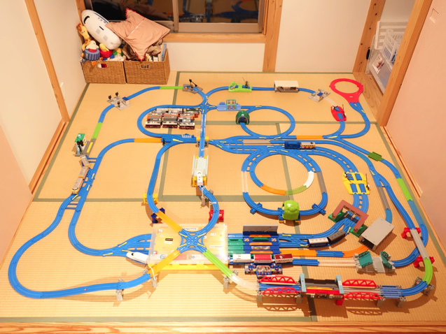 大都会の線路のような複雑さがありつつもグルグル回るレイアウト